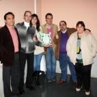 """Miembros de Cáritas recibiendo el premio """"Amigos y Alimentos"""""""