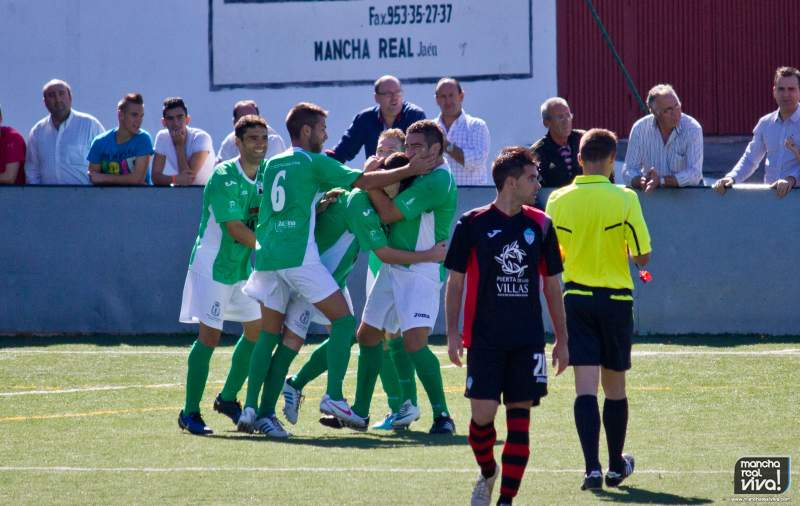 At. Mancha Real celebra un gol frente al Villacarrillo