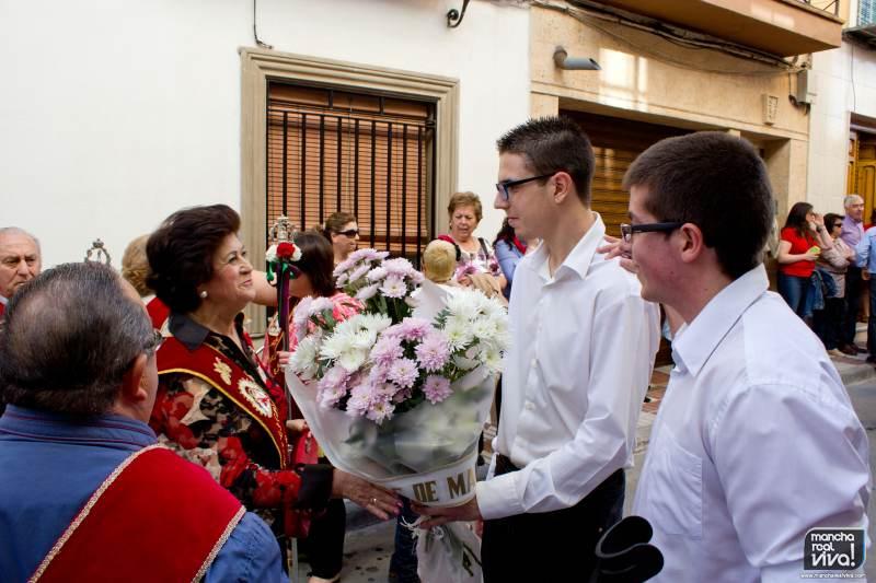 Miembros de Lágrimas de María entregan un ramo a la Cofradía de la Virgen de la Cabeza