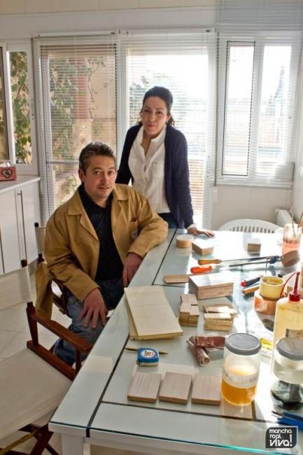 Narci y Paco en su improvisado taller para las cajas personalizadas