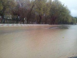 La Av. Peña del Águila inundada