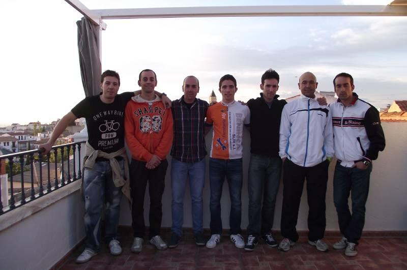 El Mancha Real Bike Team. Juan Antonio Bolaños en el centro con la equipación.