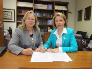 La Alcaldesa firma las escrituras junto a la Delegada Territorial de la Consejería de Agricultura, Pesca y Medio Ambiente en Jaén, Irene Sabalete