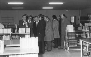 Mirando los libros tras la inauguracion