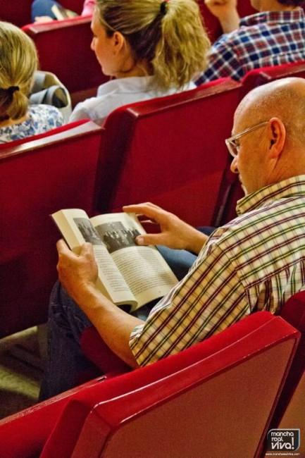 Uno de los asistentes leyendo el libro
