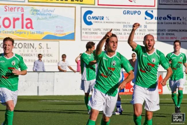 Carrillo celebra el primer gol frente al Díter Zafra en el ascenso