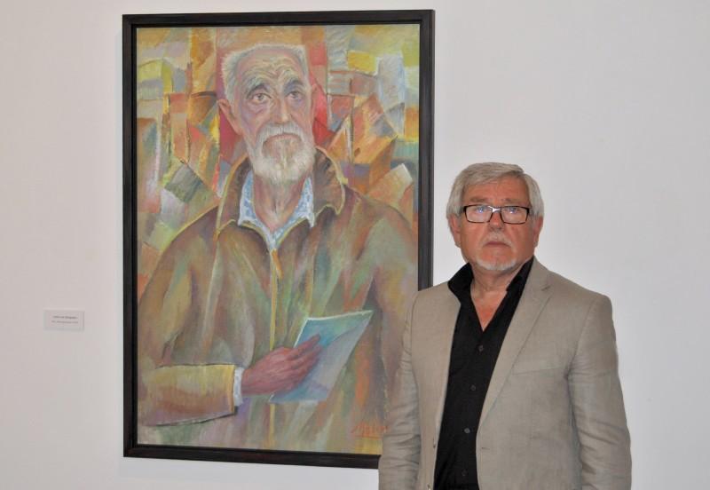 Juan Molino junto a su obra de José Luis Sampedro
