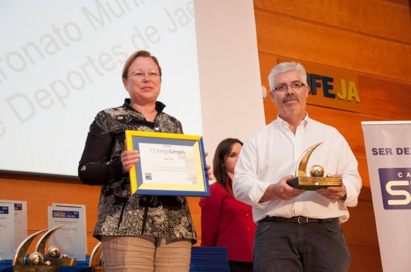 Micaela Martínez recoge el premio junto a Luis Verdejo