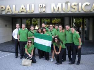 Algunos integrantes pasearon la bandera de Andalucía por el Palau de la Música
