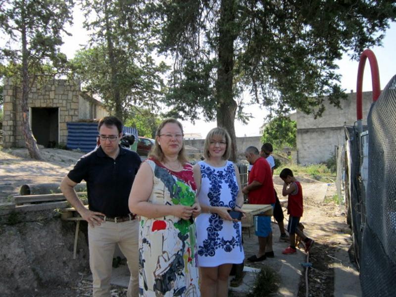 María Angustias Velasco, junto a Micaela Martínez y José Carlos Cobo, visitando estos huertos para promocionar la agricultura ecológica