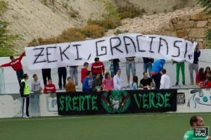 El Frente Verde dedicó una pancarta de agradecimiento a Zeki antiguo jugador del At. Mancha Real