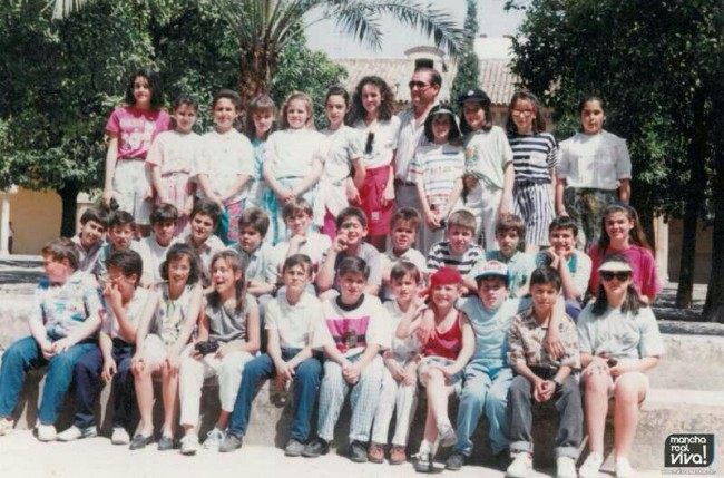 Foto de grupo en el colegio hace 25 años