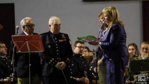 La Alcaldesa le entrega una placa conmemorativa por su trayectoria