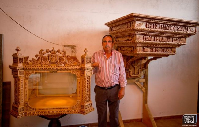 Miguel Jordan junto a su obra terminada