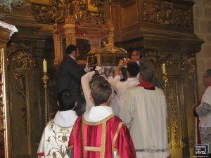 El cofre es depositado en la urna del Altar Mayor