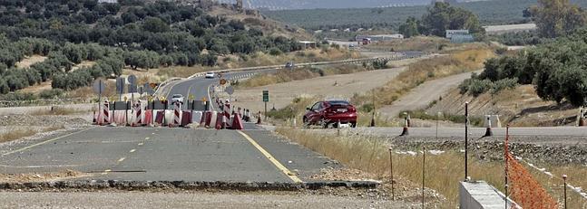 Tramo paralizado de la Autovía del Olivar, entre Mancha Real y Puente del Obispo. / FRANCIS