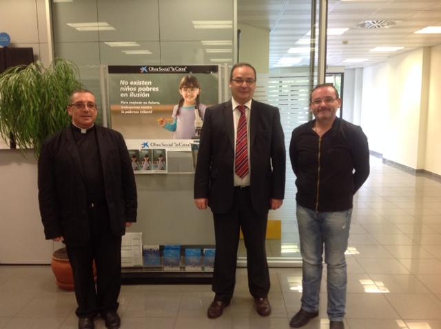El Director de La Caixa en Mancha Real junto con los dos párrocos