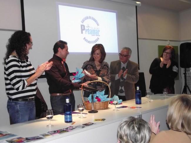 Pedro Pablo Zaragoza entrega un detalle a la edil Ana Sánchez