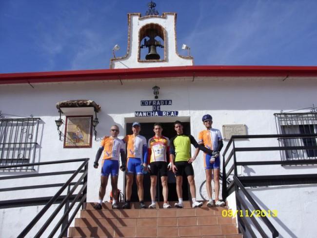Ciclistas del Mancha Real Bike Team en la casa de la Virgen de la Cabeza de Mancha Real