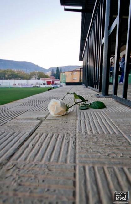 Se guardió un minuto de silencio en memoria de Francisco Cobo Rosa, padre del directivo Diego Cobo   Una flor en el lugar desde el que siempre veía el fútbol