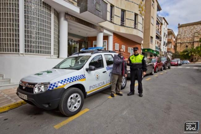 El Concejal de Policía Pablo Gómez hace entrega de las llaves al Oficial Manuel Hernández
