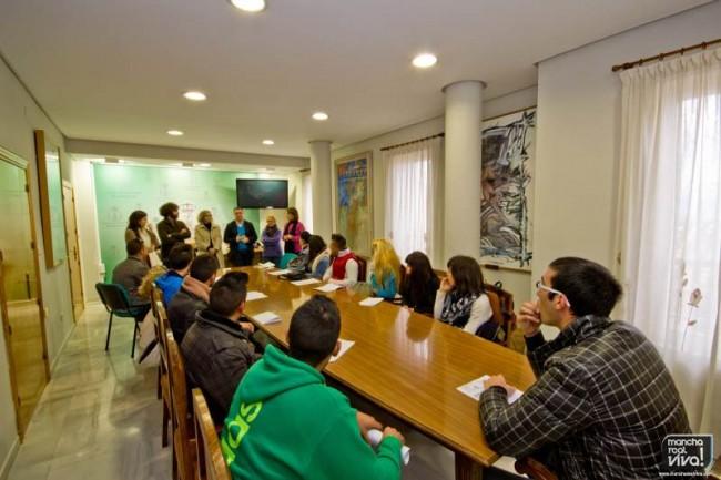 Los alumnos asisten a la charla inaugural de la Casa de Oficios