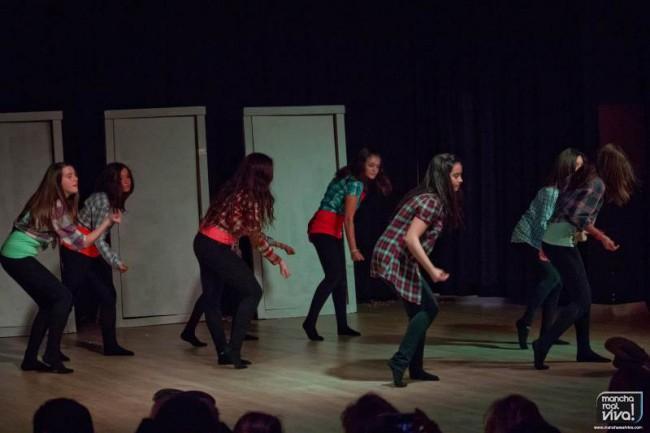"""Las alumnas interpretan """"Timber"""" en la obra """"Puertas"""""""