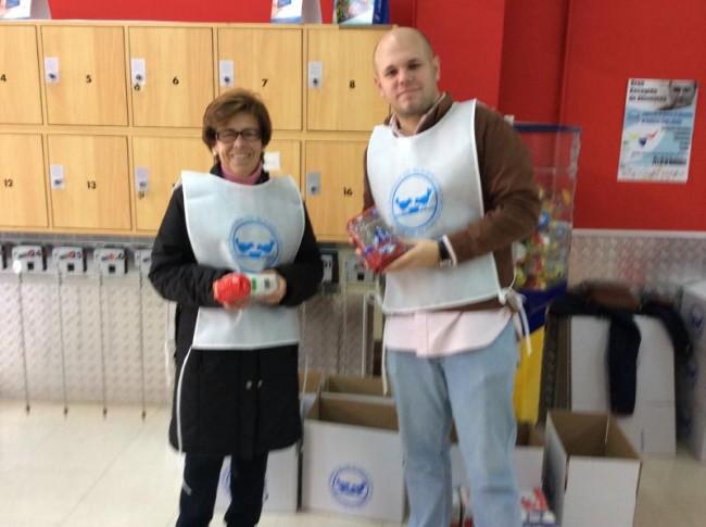 Voluntarios en uno de los supermercados de Mancha Real
