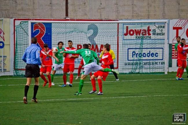 Alberto Cruz manda un balon a la escuadra con un espectacular