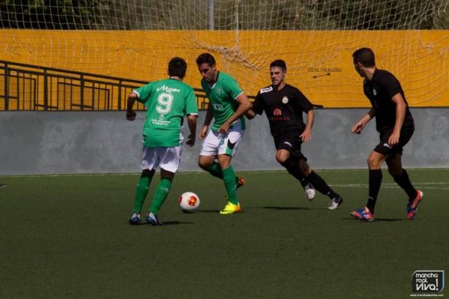 El At. Mancha Real frente al  Huercal en un partido en La Juventud