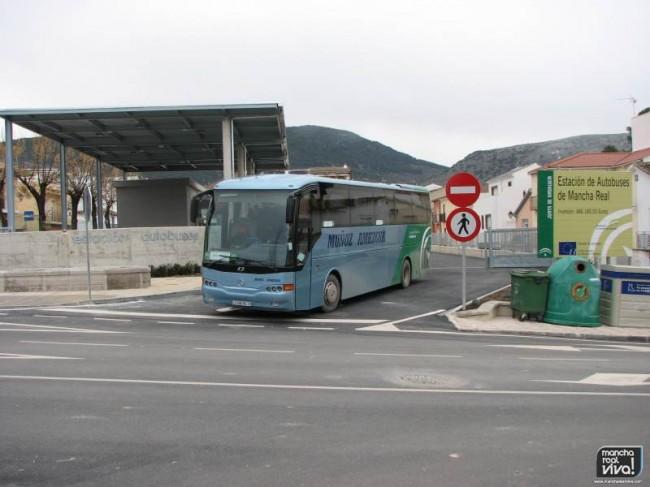 Un autobús sale de la estación