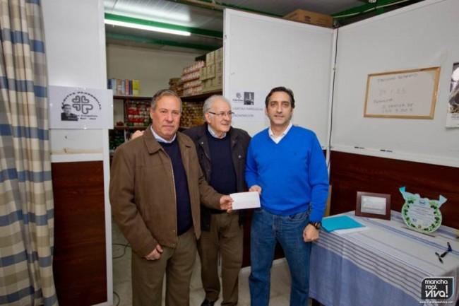J. Tomás Ruiz hace entrega del dinero a  Juan Carrascosa y David Cobo, directores  de Cáritas en Mancha Real de las parroquias de La Encarnación y de San Juan Evangelista, respectivamente.