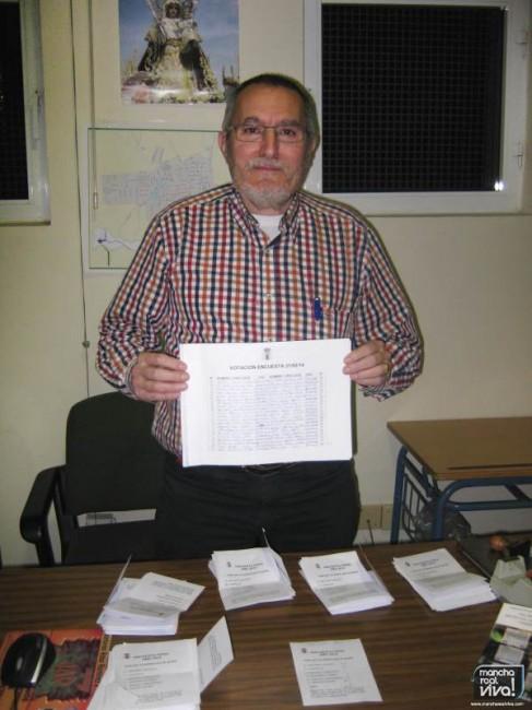 El Concejal Gregorio Linares con la lista de los votantes