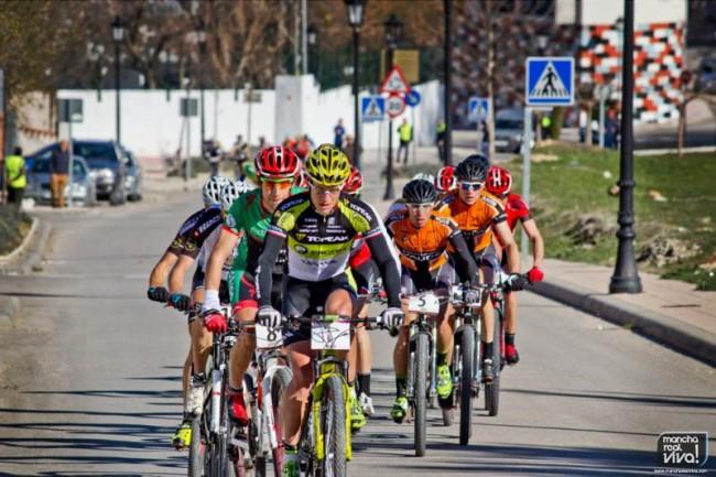 Andalucía Bike Race pasa por Las Pilas dirección al puerto Mancha Real
