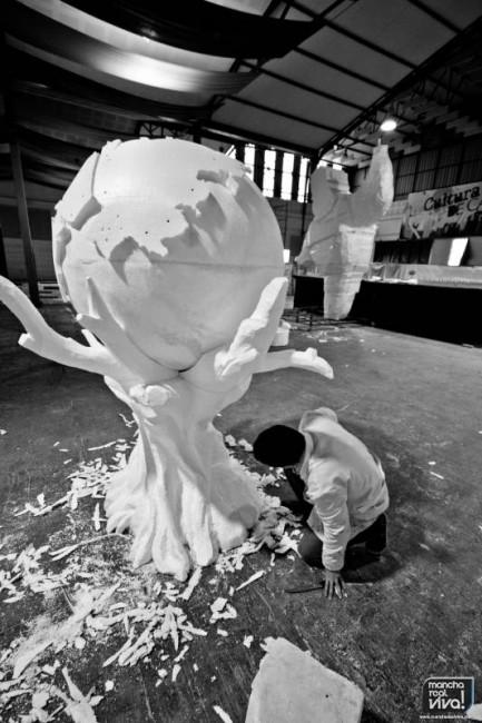 Alberto Molino talla un olivo  que sujeta al mundo