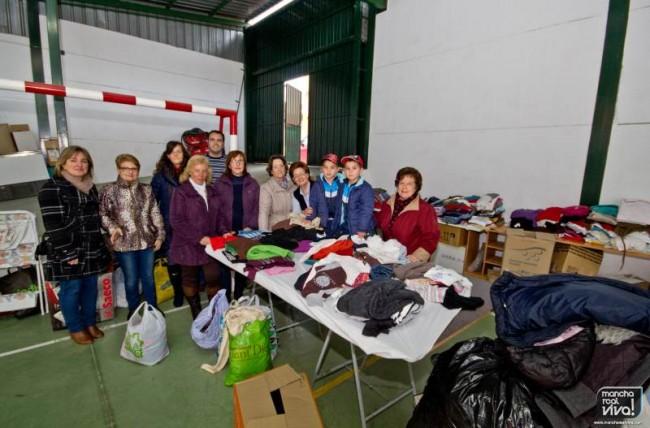 Los miembros de las Juventudes Socialistas hacen entrega de la ropa a Cáritas Interparroquial de La Encarnación