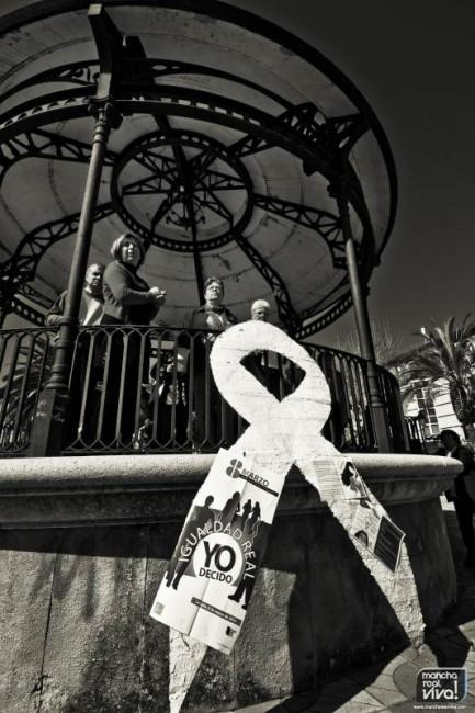 El lazo blanco colocado en la Plaza de la Constitución en favor de la igualdad