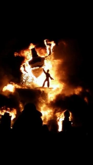 La figura del genio y aladino entre las llamas. Imagen de la tuitera @noeliamora820