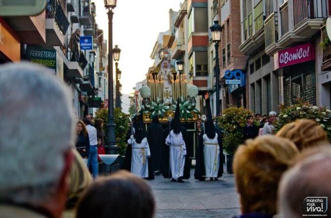 """Ntra. Señora de los Dolores  en """"La Madrugá"""" 2014 pasando por la calle Maestra"""