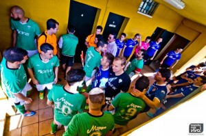 Los jugadores esperan en el tunel de vestuarios para salir al campo