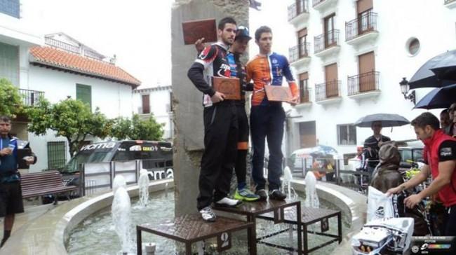 Los jovenes ciclistas en el podium del I Open MTB de Lanjaron