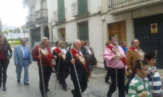 Los Hermanos Mayores recorren las calles de la localidad acompañados por Lágrimas de María
