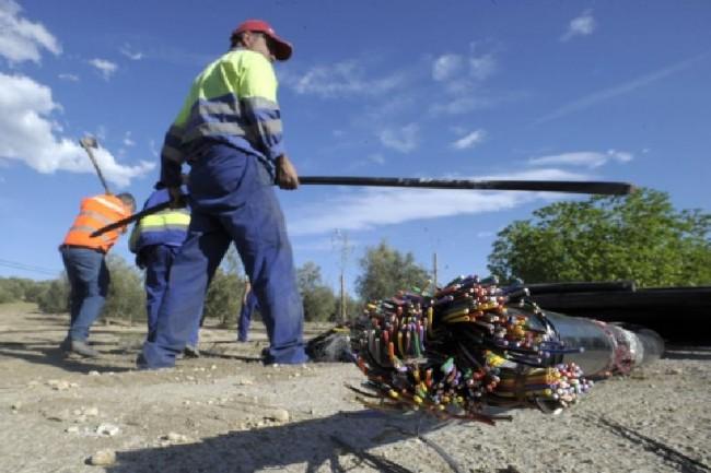 Un operario se emplea en la reposición del cable sustraído entre Villatores y Mancha Real. Agustín Muñoz