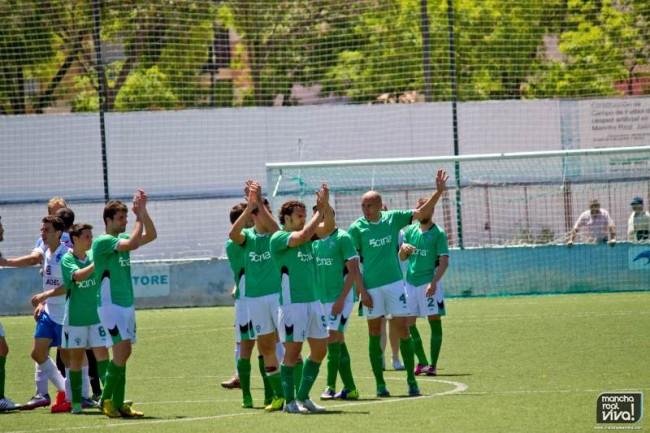 Los jugadores aplauden a los aficionados al finalizar el encuentro frente al Loja
