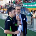 José María habla con el delegado en el partido de ascenso frente a la Cultural Leonesa