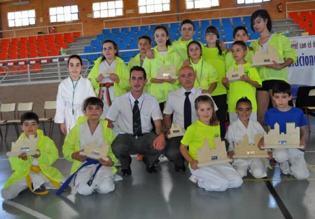 Alumnos participantes en el campeonato con los trofeos