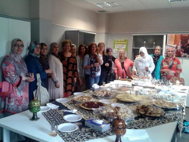 Adoración Quesada junto a Micaela Martínez mantienen un encuentro con mujeres marroquíes que participan en el taller de castellano.