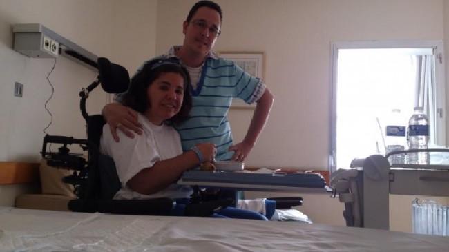 Jaime García y Gloria Carreras posan en la habitación del hospital durante la hora del almuerzo.