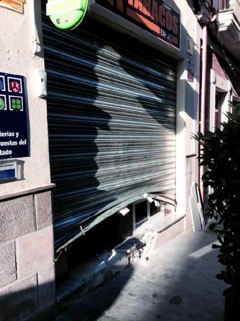 Asi quedo la puerta del Estanco después del Robo. Foto: Elena Martínez