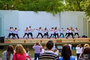 Los adultos bailan zumba en la segunda hora